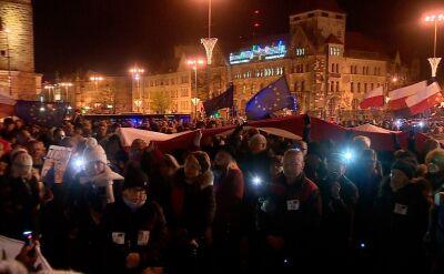 """Mieszkańcy Poznania wzięli udział w """"łańcuchu światła"""" na znak solidarności z sędziami"""