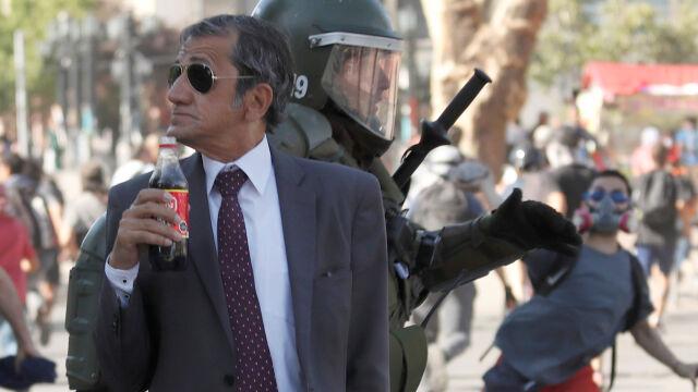 W tle chaos, on ma chwilę dla siebie. Niezwykłe zdjęcie z protestów w Chile