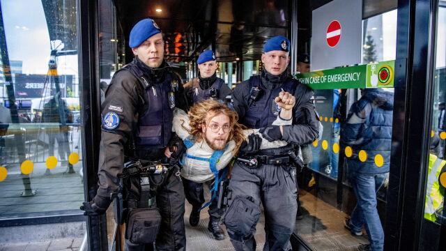 Protest na lotnisku Schiphol. Aktywistów wyniosła policja