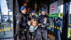 Protest na Schiphol. Aktywistów wyniosła policja