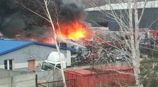 W ogniu blisko 50 samochodów