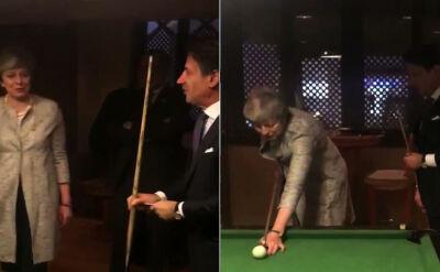 Lekcja gry w bilard. Premier Conte pokazuje i objaśnia premier May
