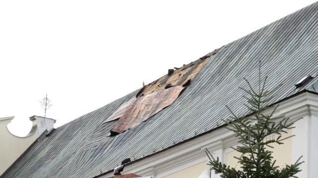 Wiatr uszkodził dach kościoła. I nie pozwala na jego zabezpieczenie