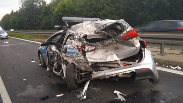 Policjanci zabezpieczali drogę po wypadku. Wjechała w nich cysterna