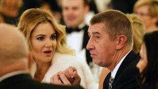 """Miliardy na koncie, żona celebrytka i przekręty w tle. Czesi mówią """"dość"""" swojemu premierowi"""