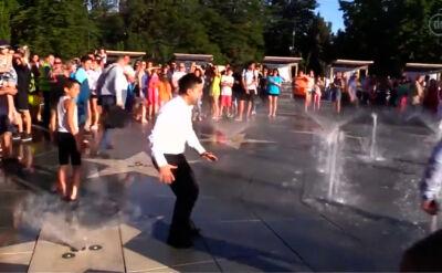 Prezydent Ukrainy chłodzi się w fontannie w Mariupolu