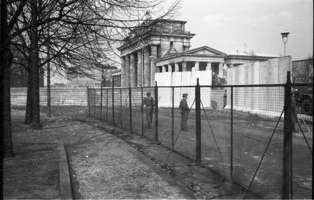 Budowa muru granicznego przy Bramie Brandenburskiej