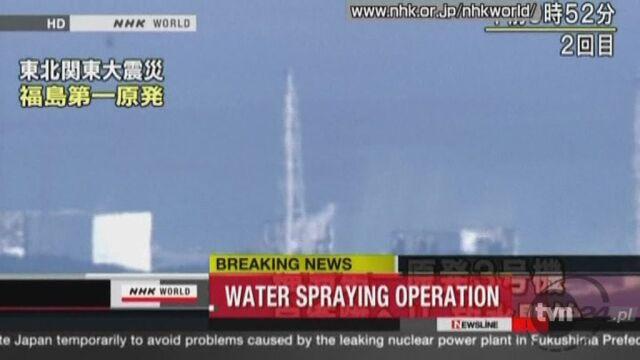 Woda wlewana jest do reaktora nr 3 ze śmigłowca (Reuters)