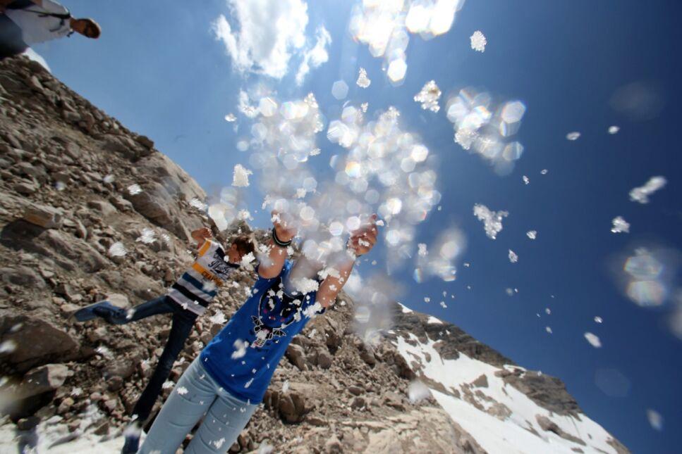 Turyści rzucają się śnieżkami w Garmisch-Partenkirchen