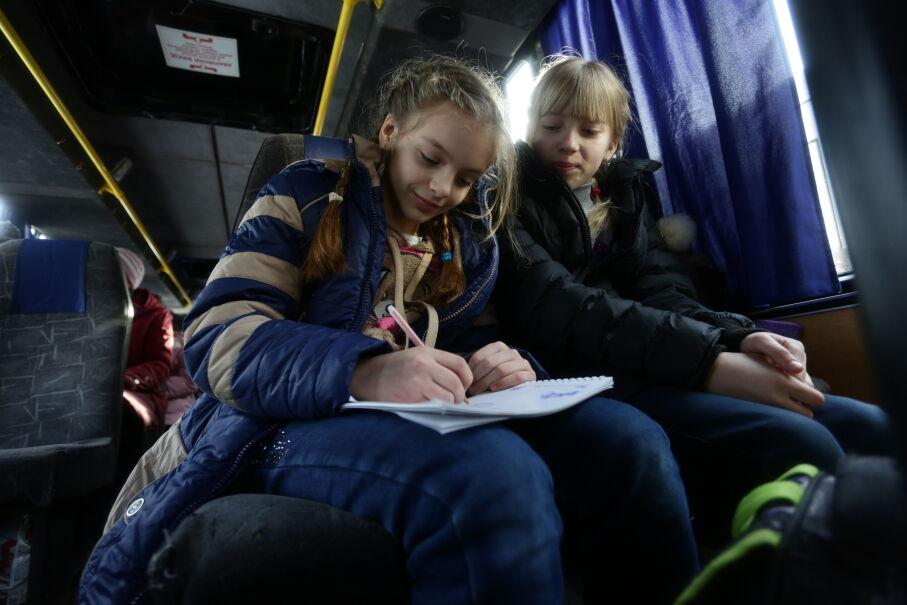 1 lutego 2017 roku, Ukraina. Siostry Wika i Julia czekają w autobusie na ewakuację z Awdijiwki