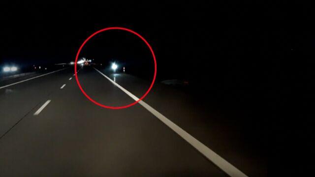 Hulajnogą w nocy po autostradzie.