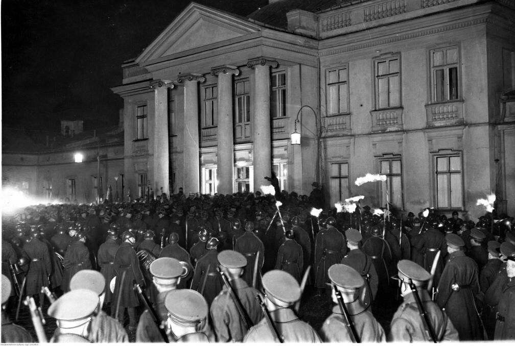 Capstrzyk wojskowy przed Belwederem w wigilię imienin Józefa Piłsudskiego. Widoczni żołnierze garnizonu warszawskiego oraz orkiestry wojskowe