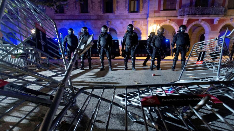 Starcia przed parlamentem. Separatyści zaatakowali policjantów i dziennikarzy