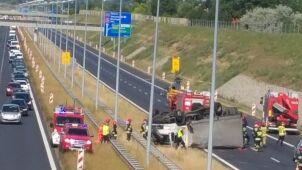 Wypadek na autostradzie A2. Ciężarówka dachowała