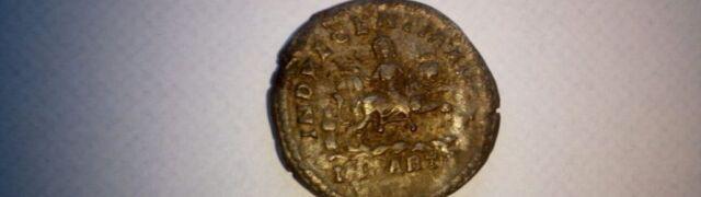 Złoty denar z początku naszej ery.  Poszukiwacz skarbów ma kłopoty