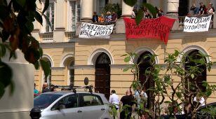Protestujący studenci zawieszają okupację