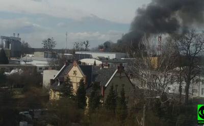 Czarny dym nad miastem i dziesiątki strażaków w akcji. Płonie magazyn