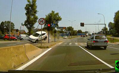 Auto unosi się, obraca i wpada na chodnik