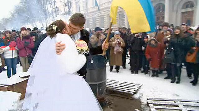 Sesja ślubna na barykadach. Młodzi z ukraińską flagą i protestującymi