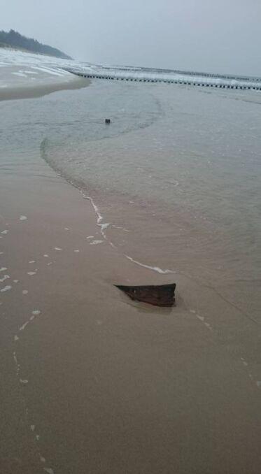 Woda odsłoniła fragmenty zatopoionych przez Niemców parowozów