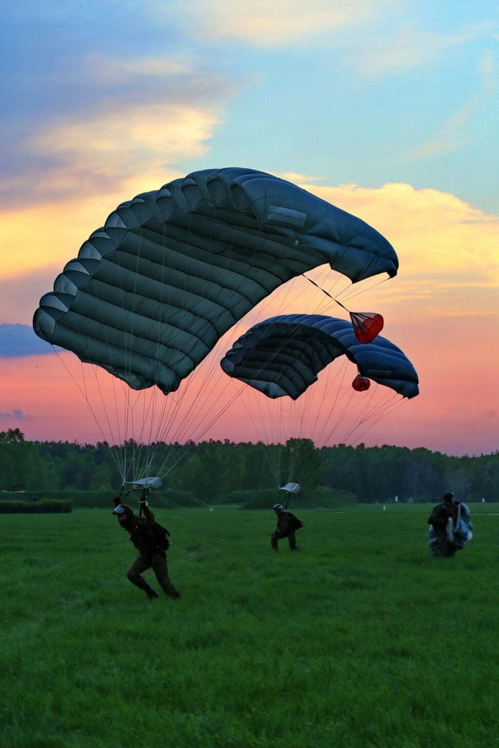 Żołnierze lądowali także o zachodzie słońca
