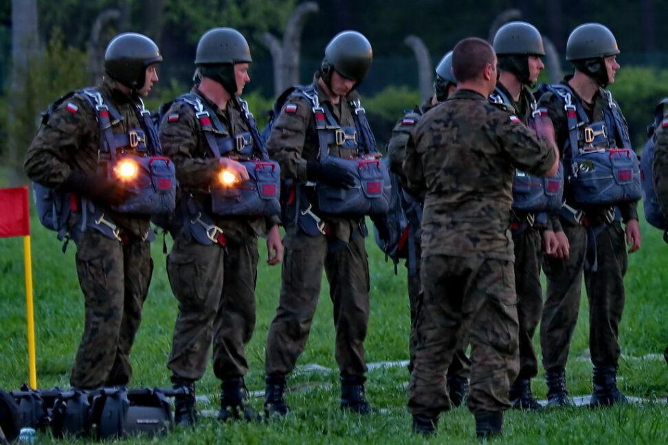 Spadochroniarze wyposażeni w latarki