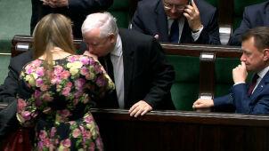 Kaczyński pocałował posłankę opozycji.  I podpisał przyniesiony przez nią dokument
