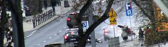 Położył motocykl na jezdni. Pieszych przed uderzeniem uchronił kosz i znak drogowy