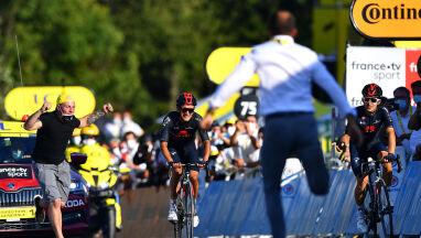 Przeskoczył przez barierkę i ruszył w stronę Polaka. Interwencja ochrony na finiszu Tour de France