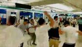 Bandycki atak na stacji metra. Wśród rannych kobieta w ciąży, poseł i dziennikarze