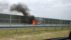 Samochód spłonął na autostradzie A2. Godzina utrudnień