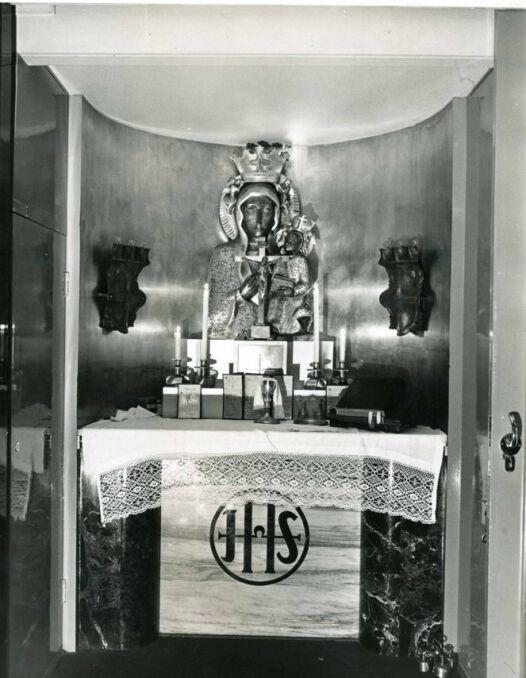Statkowa kaplica, umiejscowiona przy głównym salonie na górnym pokładzie. W hallu był jeszcze duży portret króla Stefana Batorego, który oparł się nawet rzeczywistości PRL, kiedy z przestrzeni publicznej usuwano wszelkie pamiątki po polskiej arystokracj