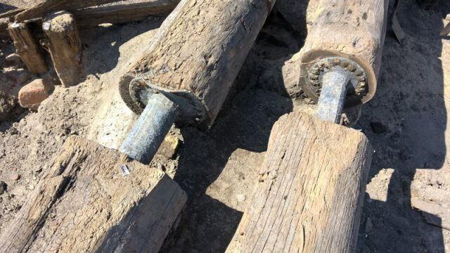 Sosna, żelazne nity i ołowiane złączki - to fragment dawnego systemu wodociągowego