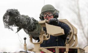 W czołgu, z karabinem maszynowym.  Prezydent Duda na poligonie w Żaganiu
