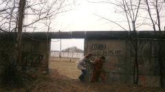 Berlin ok. 1990 roku, mieszkańcy przedostają się przez dziurę w murze w okolicach Lichtenrande