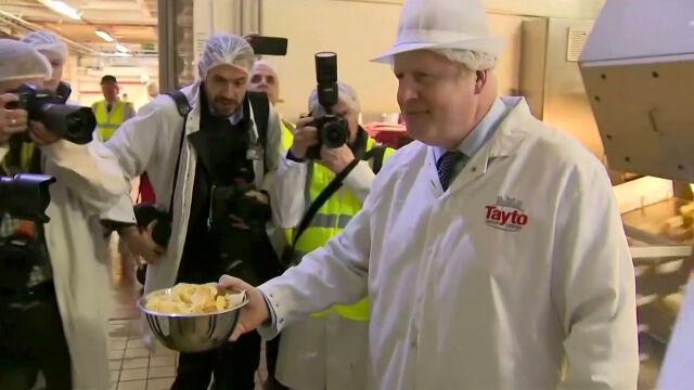 Johnson w destylarni whisky i fabryce chipsów przekonywał Szkotów do brexitu
