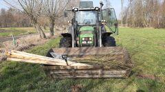 W akcji sadzenia drzew pomagają Patrykowi bliscy
