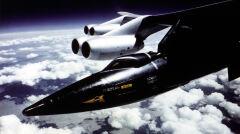 """X-15 podwieszony pod """"statek-matkę"""" B-52 na chwilę przed zrzuceniem i rozpoczęciem swobodnego lotu. Start następował na wysokości kilkunastu kilometrów, znacznie wyżej niż latają samoloty pasażerskie"""