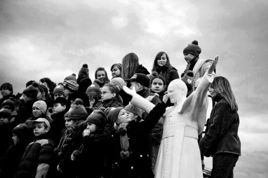 Zdjęcie pojedyncze - III miejsce w kategorii ŻYCIE CODZIENNE, Jarosław Respondek, Agencja Fotograficzna Reporter Częstochowa. W Parku Miniatur Sakralnych stanął prawdopodobnie największy na świecie, prawie 13-metrowy pomnik papieża Jana Pawła II.
