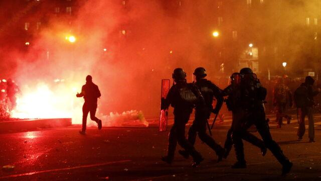 Podpalali samochody, wybijali szyby, atakowali policję
