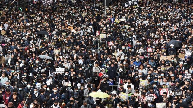 Dziesiątki tysięcy ludzi na ulicach  w Hongkongu. Policja grozi użyciem gazu