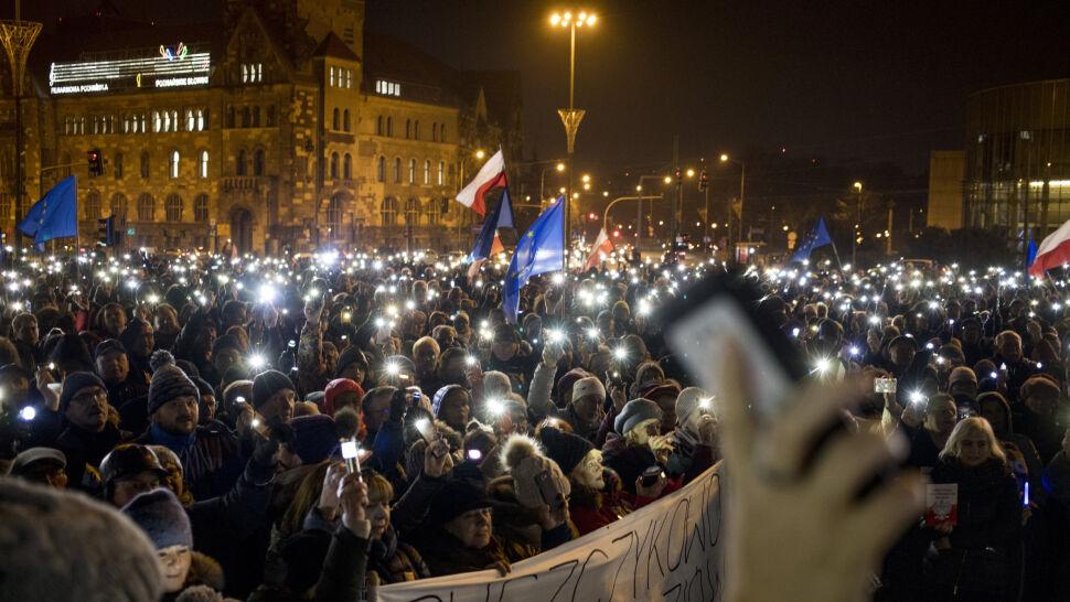 """""""My, naród, wspieramy sędziów!"""". Demonstracje w wielu miastach"""