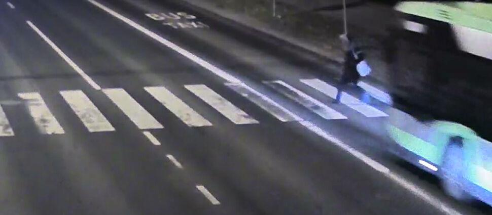 Ona wchodzi na zielonym, autobus wjeżdża na czerwonym. Dramatyczne nagranie z Olsztyna