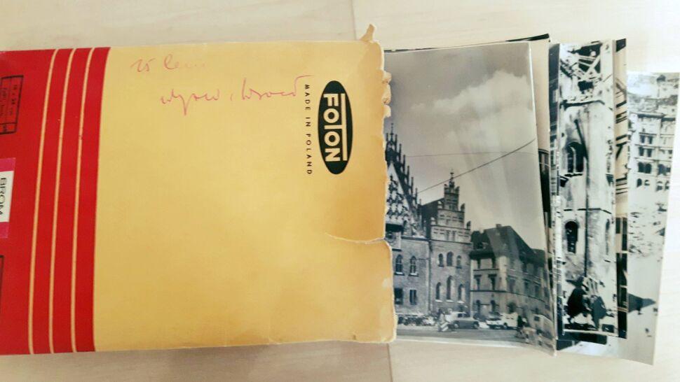 Znaleźli kopertę pełną zdjęć. Szukają ich autora