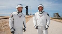 Astronauci na tle Centrum Kosmicznego im. Johna F. Kennedy'ego na Florydzie