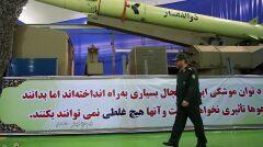 Prezentacja nowej rakiety balistycznej Zolfaqar z obowiązkowymi elementami, czyli hasłami religijno-patriotycznymi i brodatym generałem Gwardii Rewolucyjnej w czapce z daszkiem