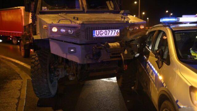 Wojskowa ciężarówka wjechała w nowiutki radiowóz. Ranni dwaj policjanci