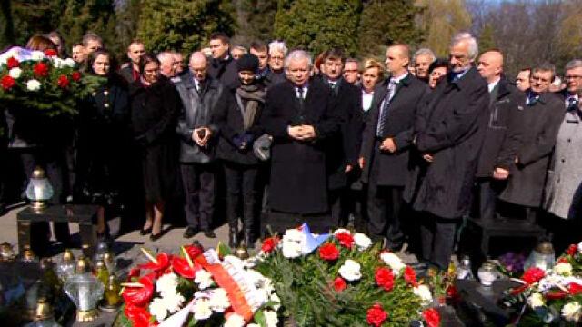 Prezes PiS w hołdzie bratu i innym ofiarom katastrofy