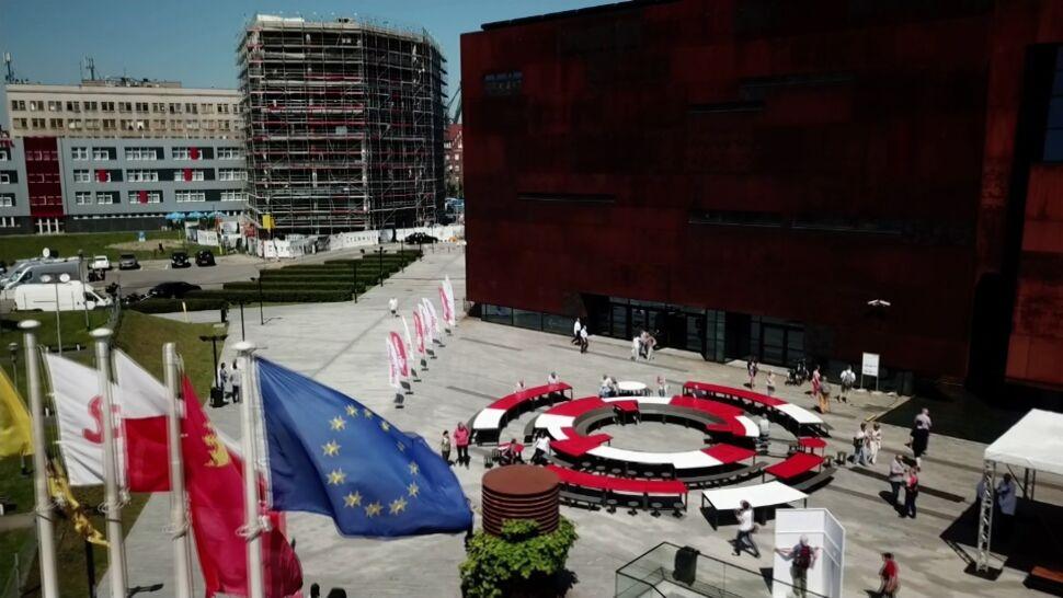 Hymn, tort, wiec z Tuskiem i Wałęsą. Kulminacja obchodów Święta Wolności i Solidarności