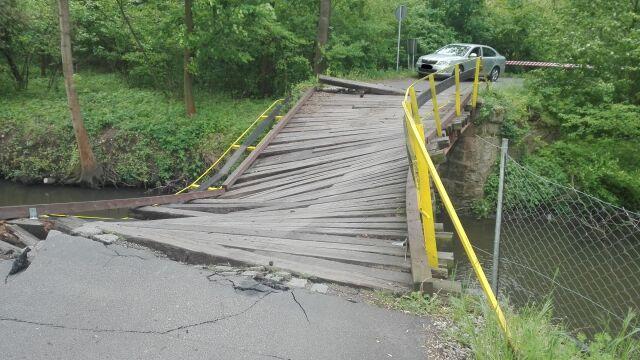 """Ciężarówka """"rozjechała"""" most. Gmina prosi o pomoc w namierzeniu kierowcy"""